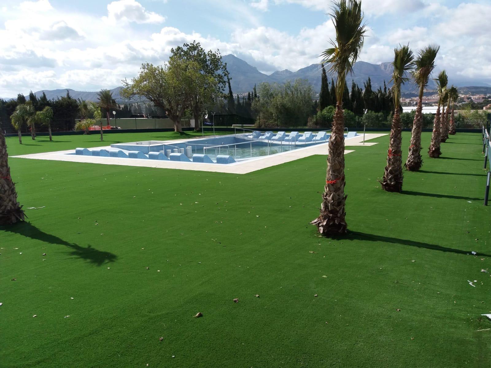 cesped artificial con piscina